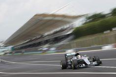 Inspirado, Hamilton supera marca de Schumacher e garante pole na Malásia #globoesporte