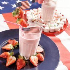 Doe de melk in een blender of hoge maatbeker en voeg de aardbeien en de coulis toe. Knijp er wat citroensap overheen en pureer het mengsel in de blender of met de staafmixer tot een shake. Schenk de vruchtensmoothie in een hoog glas, steek er een rietje in en garneer met de aardbeienpartjes.