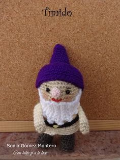 Blancanieves huyendo de su madrastra encontró en el bosque una casita muy pequeñita. Dentrohabíauna mesita con 7 silllitas, también... Movie Characters, Crochet Hats, Beanie, Board, Farmhouse Rugs, Seven Dwarfs, Snow White, Crochet Dolls, 7 Dwarfs