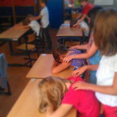 Kindermassage brengt enorm veel rust in de klas. Met de juiste afspraken komen de kinderen meer in contact met hun lichaam en hun gevoel; dit heeft een positieve invloed op het leren en functioneren. Daarnaast moet er worden samengewerkt en moet je je inleven in de ander. Ook speelt het aangeven van grenzen een belangrijke rol; wanneer regent het bijvoorbeeld te hard op je hoofd? Nadat we klaar waren zei een leerling: 'Juf, het voelt weer opgeruimd in mijn hoofd.'