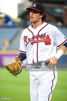 News Photo : Dansby Swanson of the Atlanta Braves warms up...