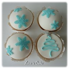 Light blue on a white cupcake is a really pretty Christmas look... and this little tree would be so easy!