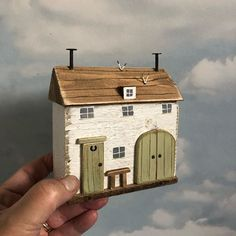 Scrap Wood Crafts, Wood Block Crafts, Wooden Crafts, Clay Houses, Miniature Houses, Wood Houses, Painted Driftwood, Driftwood Art, Driftwood Projects