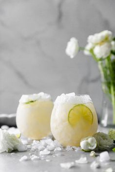 These Elderflower Margaritas are made almost like a classic margarita but with an added twist elderflower liqueur! They& just the right amount of sweet, a little floral, and super citrusy Such a refreshing margarita for spring and summer! Party Drinks, Cocktail Drinks, Cocktail Recipes, Margarita Cocktail, Milk Shakes, Pina Colada, Margarita Bebidas, Smothie, Margarita Recipes