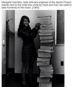 Margaret Hamilton ingeniera de software proyecto Apolo junto al código escribió a mano y que sirvió para llevar a la Humanidad a la Luna, 1969.