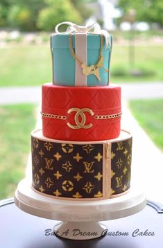 Louis Vuitton, Chanel and Tiffany inspired birthday cake. The little charms on the bracelet represent the birthday girl's interests. Gucci Cake, Chanel Cake, Chanel Birthday Cake, 16 Birthday Cake, Beautiful Birthday Cakes, Beautiful Cakes, Louis Vuitton Cake, Louis Vuitton Presents, Bolo Chanel