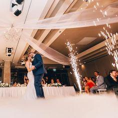 Mini weddings estão ficando mais populares do que vocês imaginam. Pense em 50 convidados ou menos. Os mini widdings da o privilégio de que os mais próximos e mais queridos serão tratados com mais proximidade e exclusividade. Para o casal que é mais introvertido e desejar passar um tempo qualidade com os convidados, o mini weddings é perfeito! #casamento #wedding #noiva #love #amor #noivas #bride #festa #brasil #noivos #fotografia #photography #noivado #weddingdress #vestidodenoiva… Mini, Grooms, Bride Groom Dress, Weather, Couple, Valentines Day Weddings, Party, Amor, Introvert