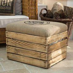 canapé en rotin, tabouret en bois avec un coussin d assise, panier décoratif, carrelage béton, idée comment faire un meuble en cagette simple