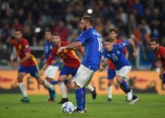 Daniele De Rossi Photos Photos - Daniele De Rossi of Italy scores the equalizing goal from the penalty spot during the FIFA 2018 World Cup Qualifier between Italy and Spain at Juventus Stadium on October 6, 2016 in Turin, Italy. - Italy v Spain - FIFA 2018 World Cup Qualifier