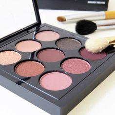 Uma paleta de sombras MAC com combinações perfeitas para maquiagem do dia ou da noite. Versátil e compacta, com certeza essa paleta de sombras é pra você.