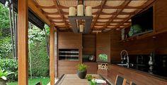 Com ares de campo, este espaço gourmet assinado pelo designer de interiores Marco Aurélio Viterbo valoriza os revestimentos e recursos naturais. Voltado para o jardim, o ambiente é perfeito para reunir amigos para um churrasco.