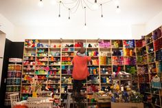 Herzlich Willkommen! Unser Laden in Friedrichshain ist ein Ort für Wollbegeisterte, Kreative und Neugierige. Wir bieten eine große Auswahl an Wolle von Marken