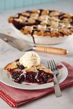 Blackberries are in season! Enjoy this summertime berry in the form of Blackberry Pie à la Mode. Click on the image for the recipe. #SummerSundae