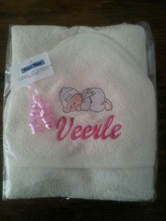 Kraamkado badcape geborduurd met naam en illustratie baby.