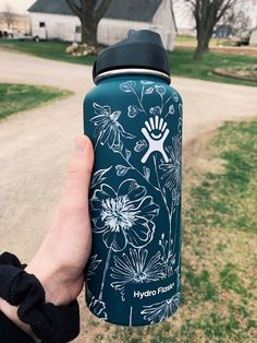 Water Bottle Art, Cute Water Bottles, Best Water Bottle, Water Bottle Design, Hydro Painting, Bottle Painting, Painting Pots, Custom Hydro Flask, Hydro Flask Bottle