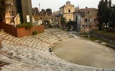 """""""Teatro Romano de Verona Italia se remonta a tiempos de los romanos Augusto y cuando el Arena fue construido. Durante el verano es sede de conciertos de música clásica y actuaciones al aire libre de obras de Shakespeare, como Romeo y Julieta en el idioma original de la época."""""""
