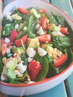 Salade van jonge spinazie - aardbei- fetakaas - pijnboompitten