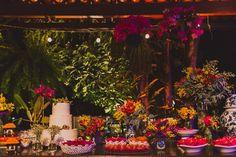 Quando o casamento traz a união de duas culturas diferentes, o grande dia é uma ótima oportunidade para unir o que há de melhor nas tradições das duas famílias. A colombiana Marcela e o brasileiro Pedro, nossos noivos de hoje, fizeram questão de celebrar suas culturas em um casamento tropical com muitas cores e lindas fotografias de Thiago Queiroz. A… Leia Mais +