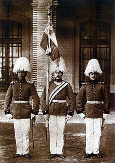 Abanderado y escoltas de la Escuela Militar en 1903 Armed Forces, Old Things, Army, Military, Statue, War, Shooting Guard, Bicycle Kick, Antigua