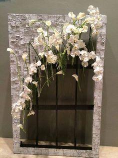 metalen frame of stuk betongaas bekleden met berkenschors, glazen buisjes en bloemen