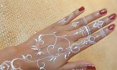henna putih simple Henna Tattoo Hand, White Henna Tattoo, Red Henna, Henna Art, Henna Hand Designs, Wedding Henna Designs, Henna Tattoo Designs Simple, Cool Henna, Henna Tutorial