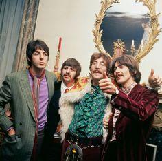 The Beatles, en casa de su mánager, Brian Epstein, celebran en 1967 el lanzamiento del disco Sgt. Pepper's Lonely Hearts Club Band, editado por Capitol.