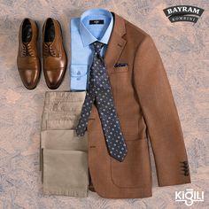Bir gardırop klasiği olan blazer ceketler, mavi gömlek ve spor pantolonla tamamlanarak kusursuz bir bayram kombini oluşturuyor.
