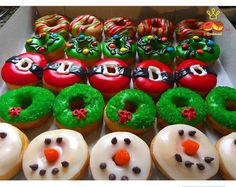 Xmas donuts ideas by: Petisweet Fancy Donuts, Cute Donuts, Mini Donuts, Baked Donuts, Donuts Donuts, Mini Christmas Cakes, Christmas Donuts, Christmas Sweets, Christmas Baking