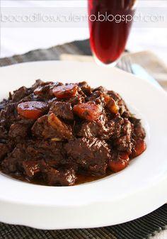 Bocadillo Suculento: Carne Guisada con Vino Tinto y Chocolate Amargo.