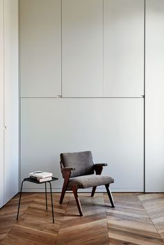 Only the Essential for this Living Room clad in wood and neutral tones.