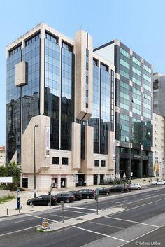 EDIFÍCIO MALHOA 14   LISBOA O edifício situa-se na Avenida José Malhoa, junto à Praça de Espanha, beneficiando assim de bons acessos e transportes.   Com uma área total de quase 5000 m2 o edifício tem escritórios disponíveis com áreas dos 207 aos 276 m2.  O edifício tem ainda uma loja voltada para a Rua Eduardo Malta com 192 m2. Mais infos @ http://www.worx.pt/pt/imoveis/edificio-malhoa-14