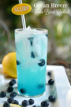 Transport yourself to the beach this summer when you make this Ocean Breeze Vodka Cocktail recipe. Vodka, fresh lemon juice, and Blue Curacao are mixed together in a high ball glass served over ice and garnished with blueberries. Cocktails Vodka, Easy Cocktails, Vodka Martini, Vodka Bar, Popular Cocktails, Mix Drinks With Vodka, Best Vodka Drinks, Vanilla Vodka Drinks, Vodka Sangria