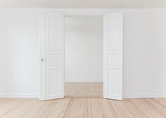 Minimalism is not necessarily having an empty room in a literal sense, but it is sort of like an empty room in a metaphorical way. Keep reading to see how minimalism is like an empty room! White Rooms, White Walls, Yellow Walls, Home Staging, Decor Interior Design, Interior Decorating, Interior Doors, Door Picture, Le Prix