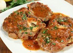 """Ossobuco alla milanese. L'ingrediente fondamentale per la preparazione dell'""""oss bus a la milanesa"""", è l'ossobuco, ovvero lo stinco del vitello attorno al quale, una volta tagliato e cucinato, resta la polpa del muscolo tutta da spolpare! Non sappiamo esattamente quando l'ossobuco sia entrato a far parte della cucina milanese, ma sappiamo con certezza che nel '700 era già uno dei piatti tipici ed era considerato un piatto da buongustai."""