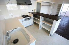 作業スペースの広いL字型キッチンと、造作カウンターを組み合わせました。