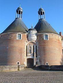 Château De Saint-fargeau : château, saint-fargeau, Château, Saint-Fargeau, Entrance, Wikipedia, French, Cottage,, Chateau, France,, Castles