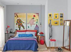O quarto tem um bom tamanho e os espaços saem valorizados pelas cores e distribuição dos móveis.