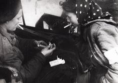 """EXCLUSIV Povestea copilei care a condus biblioteca secretă de la Auschwitz: """"După eliberare, mă simţeam pur şi simplu golită de orice emoţie"""" Film Archive, Holocaust Survivors, British Soldier, Anne Frank, Bergen, Memoirs, New Books, Real Life, Horror"""
