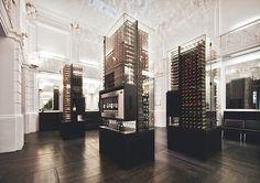 """Tienda """"Max Bordeaux"""". Un negocio polivalente en torno a la temática del vino: es tienda y bar de vinos donde es posible catarlos por copas. Su oferta y sistema de servicio lo hacen muy particular. Se trata de un """"autoservicio"""" a través de unos dispensadores y conservadores automáticos, distribuidos por el local."""