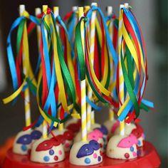 pirulitos de chocolate de carnaval com confetes, serpentinas e máscara azul. Post achados do instagram: doces de carnaval: http://weshareideas.com.br/blog/achados-instagram-doce-carnaval/