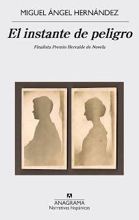 Con El instante de peligro(Anagrama, 2015), la nueva novela de Miguel Ángel Hernández (Murcia, 1977), finalista del Premio Herralde, el escritor vuelve a plantearnos los entresijos que tienen que ver con la vida y el arte, una parcela bien conocida por él, ya que la aborda desde una doble vertiente: