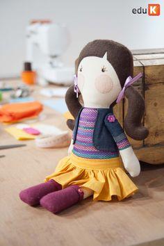Gigi faz pesquisas para desenvolver suas bonecas
