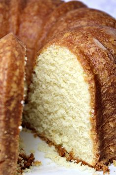 Perfect Pound Cake – Must Love HomePerfect Pound Cake is buttery and sweet, with a hint of vanilla. This cake is rich, with the flavor of shortbread cookies, but is still light as a feather. Serve with fresh whipped cream and berries as a fancy dess Desserts Nutella, Fancy Desserts, Just Desserts, Delicious Desserts, Dessert Recipes, Food Cakes, Cupcake Cakes, Cupcakes, Bunt Cakes