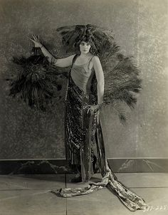 """Eve Southern saw herself as the reincarnation of Mary Queen of Scots, and was occasionally referred to as """"Hollywood's Mystic,"""" because of her obsession with the occult. Old Hollywood Glamour, Vintage Glamour, Vintage Bohemian, Vintage Beauty, Vintage Fashion, Hollywood Sign, Hollywood Icons, Vintage Hollywood, Vintage Photos Women"""