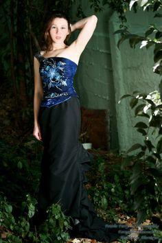 corset over bust , feito com tecido de  cetim metalizado com aplicações de flores bordada e pedrarias