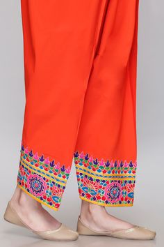 Pakistani Bridal Wear, Pakistani Dresses, Kurti Neck Designs, Blouse Designs, Stylish Dresses For Girls, Casual Dresses, Hand Embroidery, Embroidery Designs, Cotton Linen