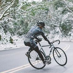 Nothing stops a hard core fixie rider! #fixie #fixedlife #fixiegirls #fixiegram #fixieporn #fixielife #fixiefamous #fixedgear #singlespeed #matteblack #mataro #bike #bikeoftheday #bikelife #bikeporn #cycling #cycle #rideyourbike #thefixedgearshop #adventure #happysunday #fixiegirl #sundayfunday #cinelli #aventon #statebicycleco #fabricbike #skid #skidding #winter