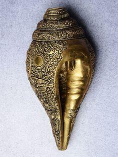 Dull Gold Brass Vishnu Viral Shankh x x Antique Items, Antique Brass, Home Decor Copper, Pooja Rooms, Lord Vishnu, Metal Homes, Vintage Home Decor, Accent Decor, Home Goods