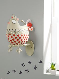 Funny Bird !!!  So, so, cute  (no pattern / picture only) ...  love the chicken prints on the wall