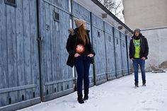 Katrin und Laurent am Posen vor den Garagen in der Muskauer Straße in Berlin-Kreuzberg (3)